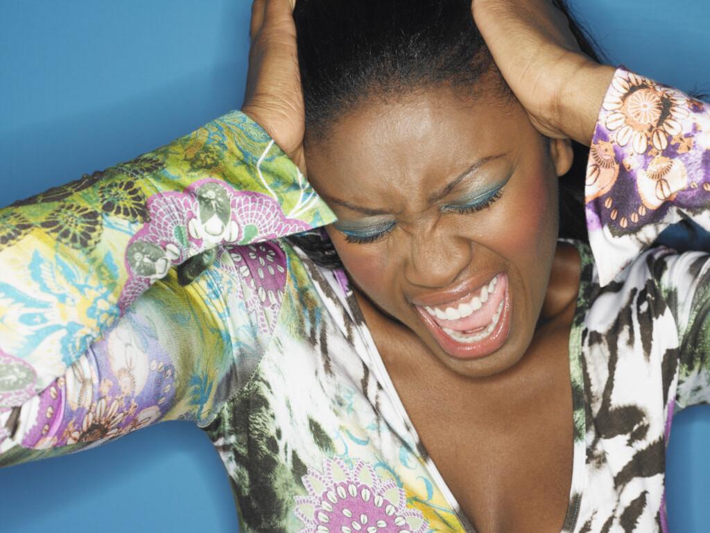 Eine schreiende Frau. Möchte sich nicht mit dem inneren Kritiker auseinandersetzen.