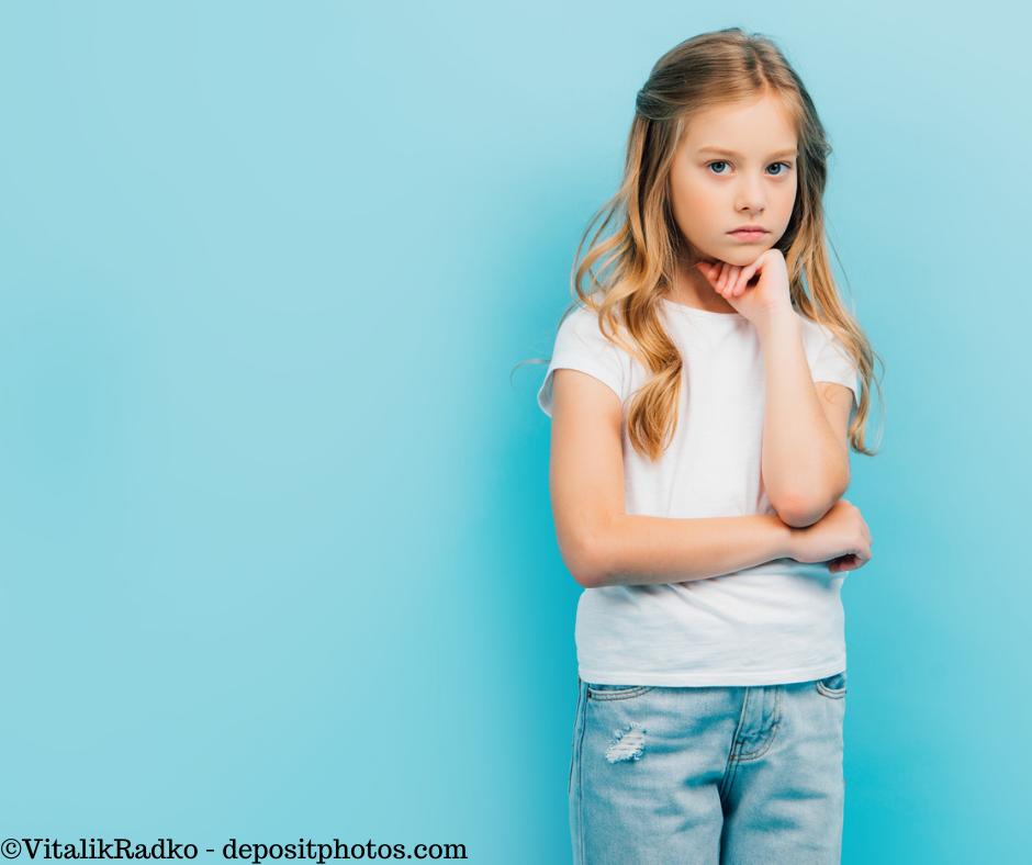 Ein aufgebrachtes Mädchen, das misstrauisch schaut. Auch der innere Kritiker möchte das ängstliche Kind nur schützen.