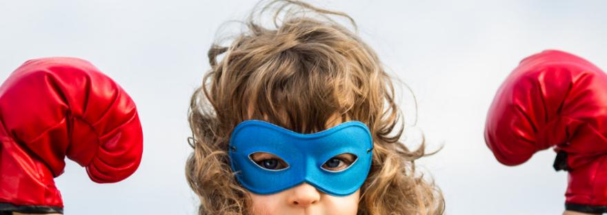 Ein Mädchen als Superheldin. Auch der innere Kritiker ist ein Superheld, der das dahinter versteckte ängstliche Kind schützt.