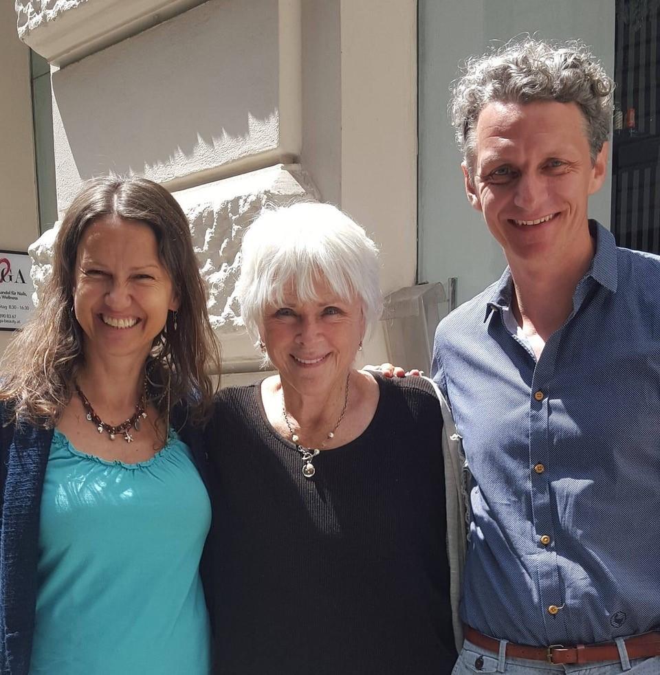 Alice Guldenbrein mit The Work Erfinderin Byron Katie und ihrem Kollegen Andreas