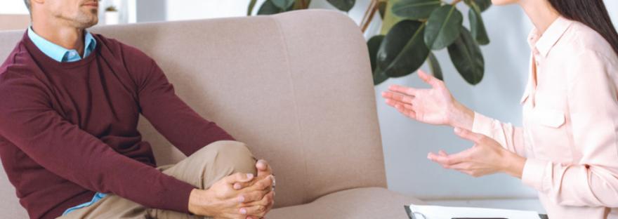 Therapeutin grenzt sich von einem Klienten ab.