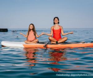 Selbstfürsorge. Mutter und Tochter beim Yoga.