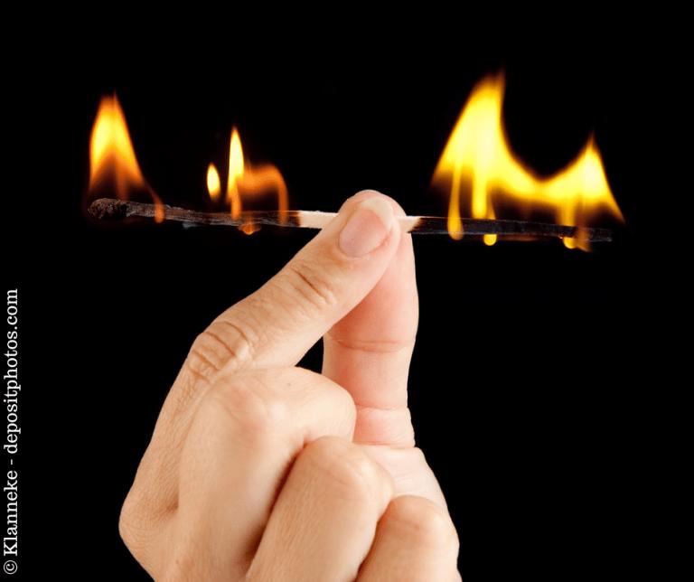 Burnout - Streichholz brennt von beiden Seiten
