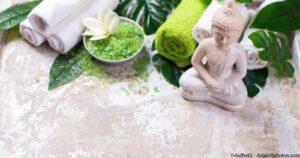 Setting für eine entspannende Massage mit kleinem Buddha