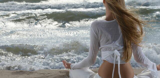 Bedürfnisse erfüllen mit Yoga am Strand